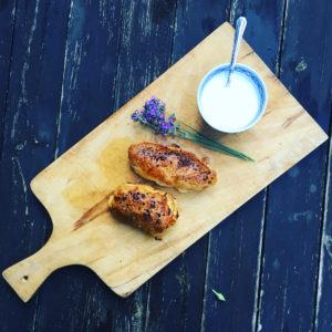 Kurczak w cieście francuskim z morelami